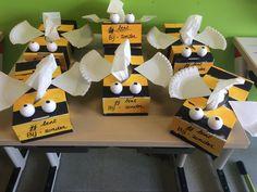 Mama is BIJzonder! Een sjabloon voor tissuedoos beschilderen in zwarte en gele stroken (afplakken om mooie rechte lijnen te verkrijgen). Vleugeltjes van een papieren bordje.