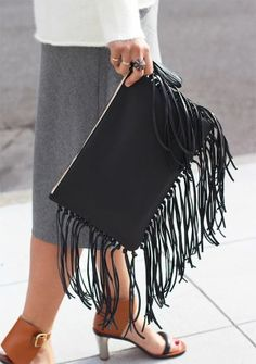 DIY Leather Fringe Clutch Awesome diy clutch tutorial at Honestly WTF))) Best Leather Wallet, Leather Clutch, Clutch Bag, Tote Bag, Diy Mode, Diy Purse, Fringe Bags, Leather Projects, Leather Crafts