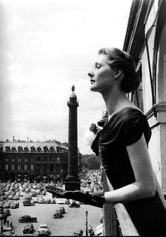 La place Vendôme vue depuis un balcon. Une photo de © Robert Doisneau, en 1950...  (Paris 1er)