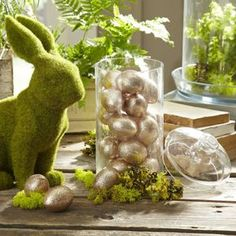 Whether you're hosting a casual Easter brunch, a full-scale family dinner, or even an energetic egg hunt, we've found cute Easter decorations to dress up your home in its springtime Sunday best. Easter Brunch, Easter Party, Easter Food, Easter Gift, Diy Osterschmuck, Easy Diy, Simple Diy, Diy Ostern, Easter Celebration