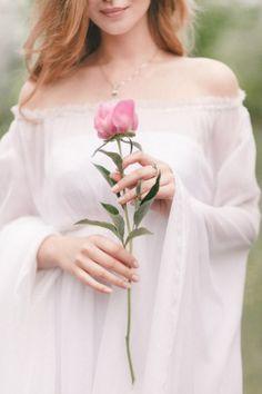 ⚜ Romantique Rose ⚜ - throughpastelrosetintedglasses: Image via. Beautiful Flowers, Beautiful Pictures, Beautiful Hands, Foto Blog, Just Girly Things, Pink Roses, Girl Birthday, Happy Birthday, Wedding Dresses