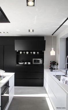 armário preto com gavetas grandes e puxadores imperceptíveis.