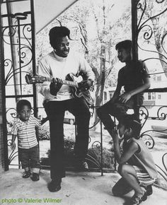 Otis Rush with three of his children (has four daughters and two sons - afaik); source: Philippe Bas-Rabérin (ed.): Blues - Les Incontournables.- Paris (Éditions Filipacchi) 1994, p. 173; photographer: Valerie Wilmer (1971?)