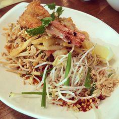 EaThai with staffs!! Yummy!! 마치 태국에 와있는듯, 푸짐하구나! #thai #vietnamese #food #asian #ethnic #instafood #lunch #yummy #happy #タイ #ベトナム #パッタイ #エスニック #料理 #美味しい #태국 #베트남 #타이 #요리 #먹스타그램 #서래마을 #점심 #ランチ #맛집