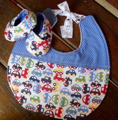 Este lindo kit combinado vai deixar seu bebê mais gostosura do que já é. <br>Os babadores vão deixá-lo sempre limpinho e os sapatinhos deixarão os pezinhos confortáveis e protegidos. <br> <br>Os babadores e sapatinhos podem ser feitos com outras estampas, nos consulte. <br> <br>Os itens deste kit podem ser vendidos separadamente. <br> <br>Babador: <br>Confeccionado em tecido 100% algodão, estruturado internamente com uma manta bem fininha e macia e na parte de trás usamos tecido atoalhado…