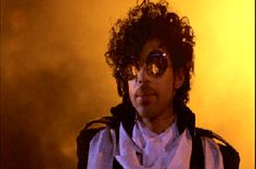 Prince Rogers Nelson - might just be the coolest thing on this planet (unfortunately this pic's quality on the other hand isn't, way too TINY for his massive presence!). But talking about those round sunglasses!