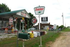"""Gary's Gay Parita Sinclair Station"" Ash Grove Missouri Gary Turner が集めた Route 66 関連の素晴らしいコレクション。 今年初めに彼は亡くなったけれど、 そのスピリットは受け継がれて。  Facebook group「愛しきRoute 66」 https://www.facebook.com/groups/529713950495809/ Join us!"