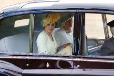 La Reina acompañada por la Duquesa de Cornualles a su llegada al Horse Guards Parade, donde fue recibida © Casa S.M. El Reyoficialmente por Su Majestad la Reina Isabel II    La reina Letizia ha vuelto a confiar en Felipe Varela para su primer look en Reino Unido. Doña Letizia ha desafiado a la mala suerte con un vestido de seda amarillo con detalle de encaje blanco en el bajo, combinado con un abrigo de tweed en amarillo pastel, también con detalles de encaje a juego.