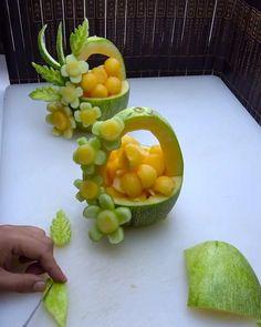 Easy Food Art, Creative Food Art, Diy Food, Amazing Food Decoration, Amazing Food Art, Food Sculpture, Fruit Sculptures, Food Garnishes, Garnishing
