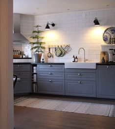 Grey Interior Design, Interior Design Kitchen, Modern Farmhouse Kitchens, Rustic Kitchen, Black Kitchen Countertops, Dining Room Lighting, Küchen Design, Home Decor Kitchen, Dining Room Furniture