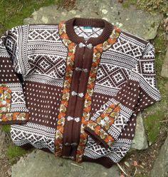 Vestlandskofte, Dale of Norway Norwegian wool sweater Norwegian Knitting, Sweater Making, Vintage Knitting, Knit Patterns, Wool Sweaters, Traditional Outfits, Norway, Knit Crochet, Fair Isles