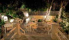 Επιστρέφουμε στην περιοχή που σφύζει από ζωντάνια για να σας προτείνουμε 10 διευθύνσεις, όπου όχι μόνο θα χορτάσετε αλλά θα καθίσετε σε λουλουδιασμένες αυλές για φαγητό στη λιακάδα ή στο φως του φεγγαριού. Greek Restaurants, Outdoor Furniture Sets, Outdoor Decor, Athens, Table Decorations, House, Home Decor, Courtyards, Backyards