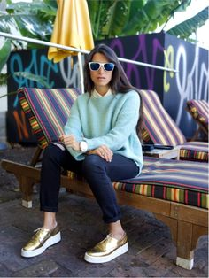 New moda urbana casual chic shoes ideas Gold Sneakers, Gold Shoes, Sneakers Fashion, Oxford Shoes Outfit, Tennis Shoes Outfit, Dress Shoes, Mint Sweater, Sneaker Outfits, Casual Outfits