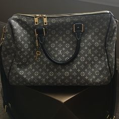 Louis Vuitton speedy bandouliere 30'' 100% authentic gorgeous navy speedy bandouliere. Great used condition (a little color transferred on one side)!!! Includes lock, keys and dustbag. Super clean inside. Ask for more pics! No bundles. No tears and leather in mint condition. Louis Vuitton Bags