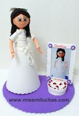 Fofucha Comunión: Carolina con su vestido de Primera Comunión y un marco tarta para su foto.