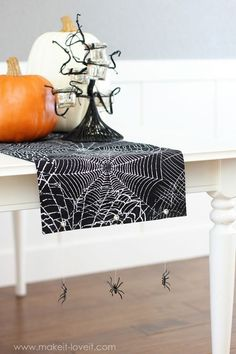 20 Spooktacular DIY Halloween Decorations: Hanging Spiders Table Runner -- Deck out your Halloween party table with this spooky DIY spider web table runner complete with dangling spiders on the side. Halloween Lawn, Halloween Treat Boxes, Diy Halloween Decorations, Halloween Crafts, Halloween Ideas, Halloween Quilts, Spooky Decor, Halloween 2015, Halloween Tablecloth