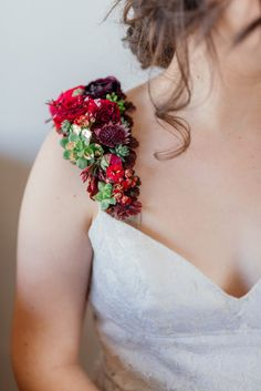 Eco-chic wedding inspiration – how to go green for your wedding – epanouir flower studio - real flower straps for your dress