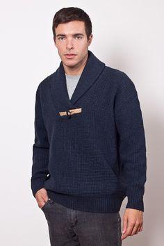 Sweater cuello smoking punto fantasía con detalle de alamar con dal en yute y un alamar, terminación en elásticos.