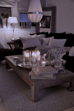 Stue med mørk sofa.