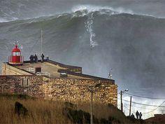 """""""Como todos los años, McNamara y su equipo han hecho temporada en la playa de Nazaré, Portugal, donde suele haber olas enormes que, junto a las Big Jaws, de Hawai, son las más altas del mundo."""" (Jan2013)"""