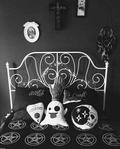 These Halloween decor ideas are gothic-esq. Browse through these Halloween decoration themes to get ready for Fall's favorite holiday. These outdoor / indoor Halloween decorating ideas are to die for! Gothic Room, Gothic House, Goth Bedroom, Halloween Bedroom, Steampunk Furniture, Wiccan Decor, Goth Home Decor, Gypsy Decor, Crystal Wall