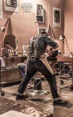 Barber. Es una sensación placentera, ir con el barbero a una rasurada, con toalla caliente. Es relajante.