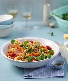 Rezept: Nudelsalat mit Salami und Balsamico-Möhren - [LIVING AT HOME]
