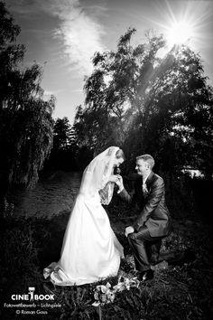 """""""Dieses Foto entstand vor der Haustür des Brautpaares. Die Sonne leuchtet durch die Äste des Baumes und es wirkt so als wäre die Braut eine Projektion der Sonne."""" www.gaus-foto.de  © Roman Gaus"""