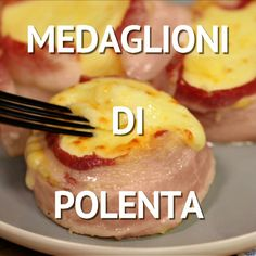 Medaglioni di polenta POLENTA MEDALLIONS are a tasty and tasty dish that will appeal to young and old alike. Polenta discs are flavored with bacon and smoked scamorza cheese for an even tastier result Polenta, Cooking Recipes, Healthy Recipes, Snacks, Antipasto, Tasty Dishes, Finger Foods, Food Videos, Italian Recipes