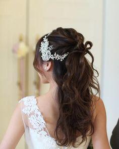 結婚式の花嫁髪型<2018年最新版>ヘアスタイル別アレンジ画像まとめ | みんなのウェディングニュース Veil Hairstyles, Wedding Hairstyles, Long Hair Styles, Beauty, Dresses, Fashion, Hairdos, Vestidos, Moda