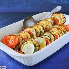 Geroosterde groenten ovenschotel, heerlijk op smaak gebracht met Italiaanse kruiden, olie en oude kaas. Lekker bakken in de oven zodat alle geuren en smake