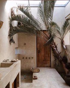 On adore cette salle de bain beige avec des détails de bois pour une ambiance marocaine ! #salledebain #salledeau #bathroom #interiordesign #architecturedinterieur Villa Design, Home Design, Design Hotel, Design Interiors, Rustic Interiors, Design Art, Interior Exterior, Exterior Design, Interior Architecture