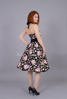 **Rosenkleid im 50er Jahre Stil**  Dieses wunderschöne Petticoatkleid im 50er Jahre Stil wird aus einem angenehmen Baumwollstoff mit romantischem Rosenmuster gefertigt.   Der Herzausschnitt...