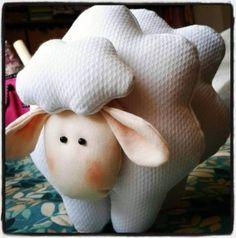 Ovelhinha de Tecido... Ótima para decoração de quarto de bebê, lembrancinha, chaveiro, apliques, ...  Passo a passo: https://www.facebook.com/pages/Chiquinha-Artesanato/345067182280566