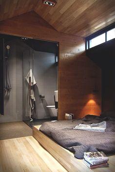 Waanzinnige slaapkamer met aangrenzende open badkamer. Vloer en plafond bekleed met eiken delen.