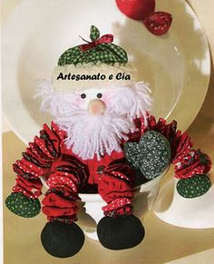 Artesanato com amor...by Lu Guimarães: Papai noel fuxico Christmas Crafts, Christmas Decorations, Christmas Ornaments, Holiday Decor, Sewing Projects, Projects To Try, Fabric Dolls, Homemade Gifts, Santa