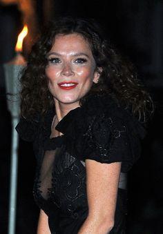 Anna Friels tight curls