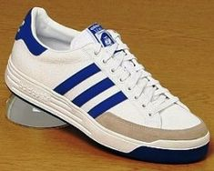 La Nastase est aussi une tennis très renommée chez Adidas, et elle aussi fut le fruit de la collaboration entre le célèbre fabricant de chaussure, et l'un des tennismen les plus en vue des 70's : le roumain Ilie Nastase, Adidas Vintage, Vintage Shoes Men, Vintage Outfits, Vintage Sneakers, Skate Shoes, Men's Shoes, Adidas Tubular Nova, Baskets Adidas, Gents Fashion
