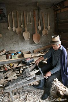 Making wooden spoons, Maramures Visit Romania, City People, Cool Art, Traditional, Beautiful, Cool Stuff, Wooden Spoons, Workspaces, Folklore