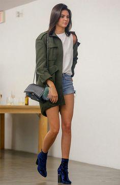 Street style. Kendall Jenner com Parka verde, regata branca, shorts jeans e bota de veludo azul.