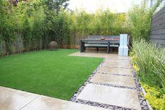 Kunstrasenteppich, Bambuspflanzen und Zierkies