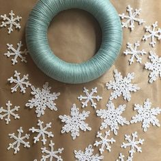 Lots of lovely people making my snowflake wreath from @simplycrochetmag have asked me what I put them on to dry - after lots of trial and error I found that greaseproof paper is perfect for it! They just pop off once they are dry. ❄️ ❄️ ❄️ .  .  .  #sctreblemaker #simplycrochet #hanjancrochet #snowflakes #snowflakewreath #christmaswreath #crochet #instacrochet #crocheters #crochetersofig #crochetersofinstagram #haken #christmascrochet