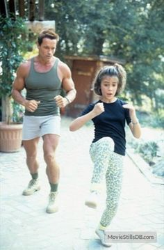"Arnold Schwarzenegger and Alyssa Milano during the filming of ""Commando"" Arnold Bodybuilding, Arnold Schwarzenegger Bodybuilding, Bodybuilding Fitness, Patrick Schwarzenegger, Hollywood, Karate, Roi Mohamed 6, Arnold Movies, Maria Shriver"