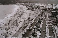 Esta relíquia é um cartão postal de 1957, que mostra a Praia de Ipanema em primeiro plano, estando a do Leblon ao fundo, com as respectivas avenidas Vieira Souto e Delfim Moreira numa manhã de praia. Observa-se, entre as duas avenidas, um ônibus vindo do Jardim de Alah, área intermediária entre os dois bairros. Alguns fuscas, importados, também aparecem estacionados.
