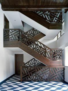 minimalistisches interior design in holz mit kücke weiß und ...