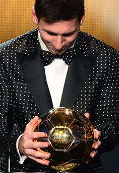 Barcelona's Argentinian forward Lionel Messi holds his trophy after winning the FIFA Ballon d'Or award during the FIFA Ballon d'Or awards ceremony at the Kongresshaus in Zurich on January 7, 2013.  AFP PHOTO / OLIVIER MORIN
