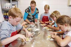 Met de boerin op stap koekjes bakken.