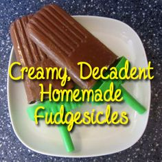 Creamy, Decadent Homemade Fudgesicles - Brown Thumb Mama (Skip the nasty chemicals in the expensive store-bought variety. These look delicious and easy to make! Frozen Desserts, Frozen Treats, Just Desserts, Delicious Desserts, Dessert Recipes, Yummy Food, Sorbet, Gelato, Paletas Chocolate