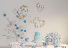 Mesa dulce comunión en azul y blanco, con ramas con pompones y mariposas de papel y corazones con mariposas. http://www.papermoonandco.com/