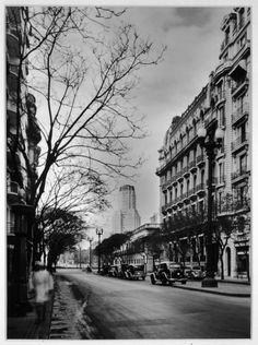 Coppola, Horacio  n. 1906  Avenida Santa Fe, Plaza San Martín  1936   Fotografía blanco y negro sobre papel   27,3 x 20,4 cm